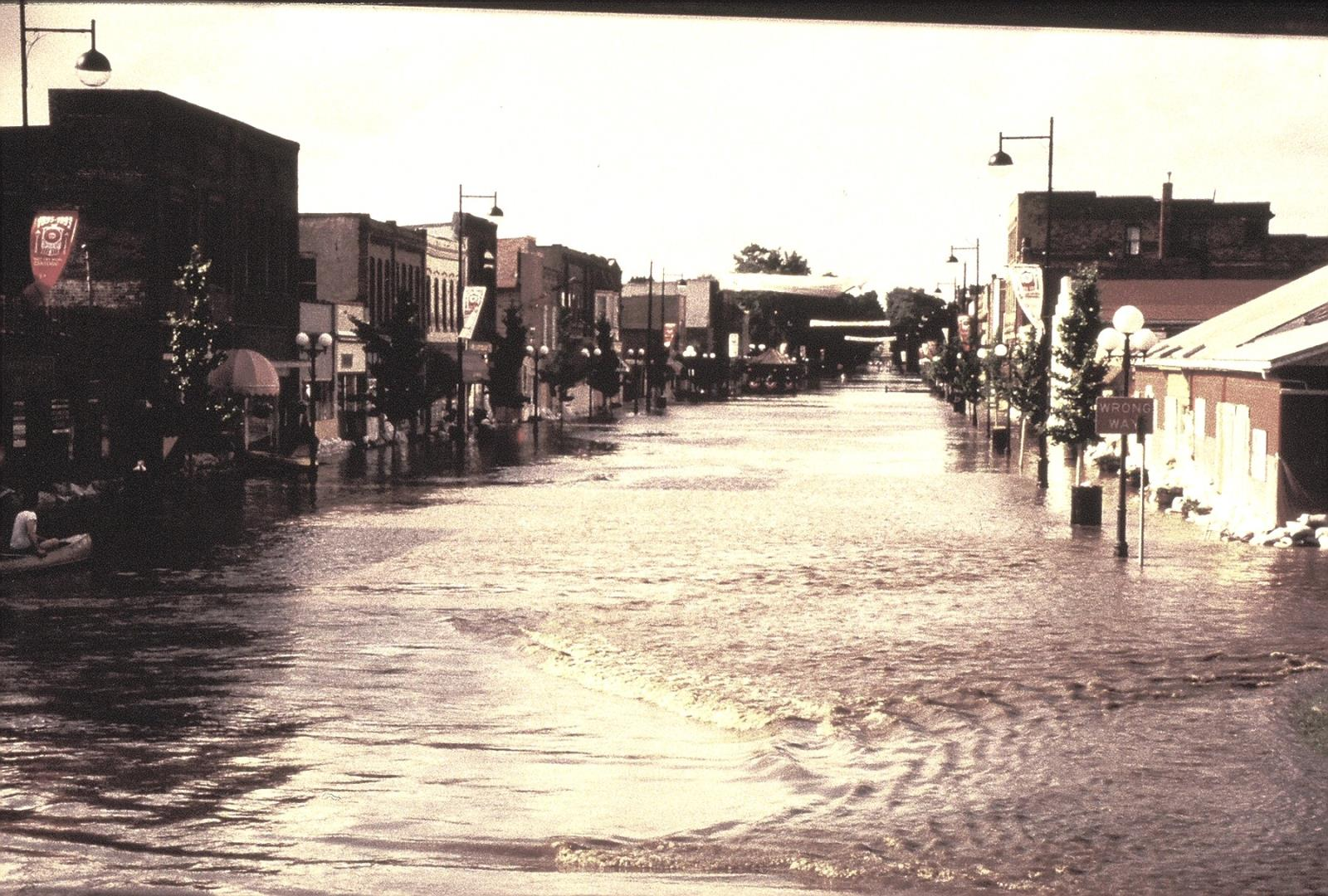 1993_Flood_5thStRailroadViewN